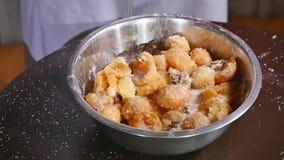 Schüssel Aprikosen mit Zucker, Mehl und Nüssen stock footage