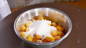 Schüssel Aprikosen mit Zucker, Mehl und Nüssen Zeit lipse stock footage