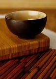 Schüssel auf Bambus lizenzfreie stockbilder