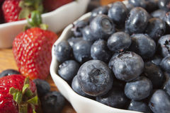 Schüssel Blaubeeren und Erdbeeren Lizenzfreie Stockfotos