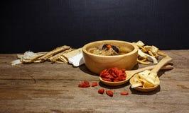 Schüssel chinesische Suppe gegen Schwarzes stockfotos