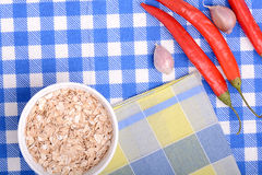 Schüssel Corn Flakes und roter Pfeffer Stockfotos