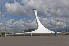 Schüssel der olympischen Fackel im Sochi-Olympiapark Lizenzfreie Stockfotos