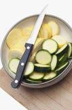 Schüssel des geschnittenen Kürbisses und der Zucchini Lizenzfreie Stockfotografie