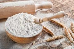 Schüssel des Mehls und der Schaufel stockfotos