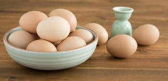 Schüssel Eier, Eierbecher Lizenzfreie Stockbilder