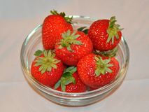 Schüssel Erdbeeren Stockfotos