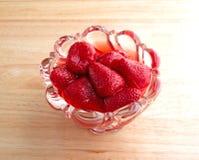 Schüssel Erdbeeren auf einer hölzernen Tabelle Stockfotografie