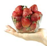 Schüssel Erdbeeren in der Hand stockbilder
