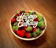 Schüssel Erdbeeren: Geburtstagsgeschenk lizenzfreies stockfoto