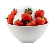Schüssel Erdbeeren und Creme lokalisiert Stockbilder