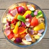 Schüssel frisch gekochtes buntes Gemüse Stockfoto