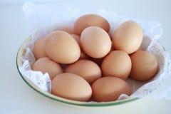 Schüssel frische Eier stockfotos