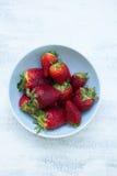Schüssel frische Erdbeeren auf dem Weiß, Holztisch Lizenzfreie Stockfotos