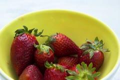 Schüssel frische Erdbeeren auf dem Weiß, Holztisch Stockbilder