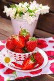 Schüssel frische Erdbeeren auf Holztisch Stockfotos