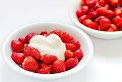 Schüssel frische Erdbeeren und Sahne Lizenzfreie Stockfotos