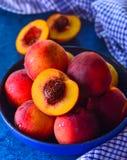 Schüssel frische Früchte geschnitten und ganz Lizenzfreie Stockfotografie