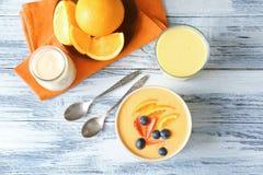 Schüssel frischen Jogurt Smoothie mit Orange und Beeren Stockbilder