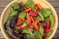 Schüssel frischer Salat auf Gartentabelle stockfotografie