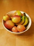 Schüssel Frucht auf Holz Lizenzfreies Stockbild