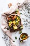 Schüssel Garnele Shawarma Buddha mit Quinoa-, Avocado-, Pfeffer-und Mango-Salsa Nah?stliche Nahrung lizenzfreie stockfotografie