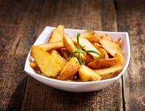 Schüssel gebratene Kartoffeln mit Rosmarin Lizenzfreie Stockbilder