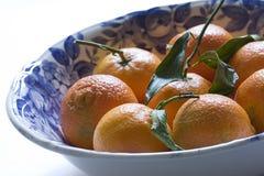 Schüssel gefüllt mit Mandarinen Stockbild