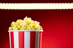 Schüssel gefüllt mit Popcorn für Film-Nacht mit Textspace Lizenzfreies Stockfoto