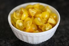 Schüssel gehackte gelbe Tomaten Lizenzfreie Stockbilder