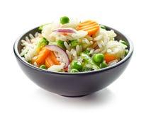Schüssel gekochter Reis mit Gemüse Stockfotos