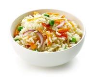Schüssel gekochter Reis mit Gemüse Lizenzfreie Stockfotografie