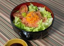 Schüssel gekochter Reis mit Lachsen und Gemüse Lizenzfreie Stockbilder