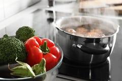 Schüssel Gemüse nahe Topf mit kochendem Wasser lizenzfreies stockbild