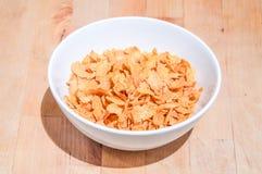 Schüssel Getreide auf einem Holztischhintergrund Stockfoto