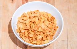 Schüssel Getreide auf einem Holztischhintergrund Lizenzfreies Stockfoto
