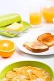 Schüssel Getreide, Toast und Saft lizenzfreie stockfotos