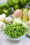 Schüssel grüne Erbsen stockbilder