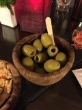 Schüssel grüne Oliven Stockbild