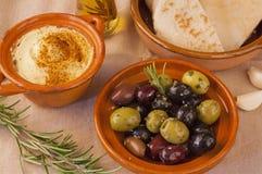 Schüssel Oliven mit hummus und Pitabrot Lizenzfreies Stockfoto