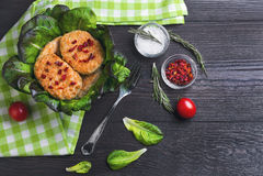 Schüssel Hühnerfleischkoteletts Lizenzfreies Stockfoto