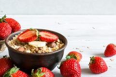 Schüssel Hafer muesli mit Erdbeere, Granola und Nüssen Stockfotos