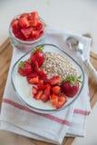 Schüssel Hafer muesli mit Erdbeergranola Stockfoto