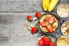 Schüssel Hafermehl muesli mit Erdbeere, Granola, Banane und Nüssen Lizenzfreies Stockbild