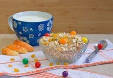Schüssel Hafermehlgetreide mit Süßigkeiten, Äpfel, Milch Lizenzfreie Stockfotografie