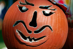 Schüssel hergestellt als Halloween-Kürbis Stockbilder