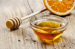 Schüssel Honig auf Holztisch Stockbilder