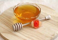 Schüssel Honig mit hölzernem drizzler Stockbild