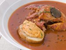 Schüssel Hummer-Fischcremesuppe Rouille Croute Stockfoto