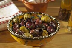 Schüssel köstliche schwarze und grüne Oliven Stockfotografie